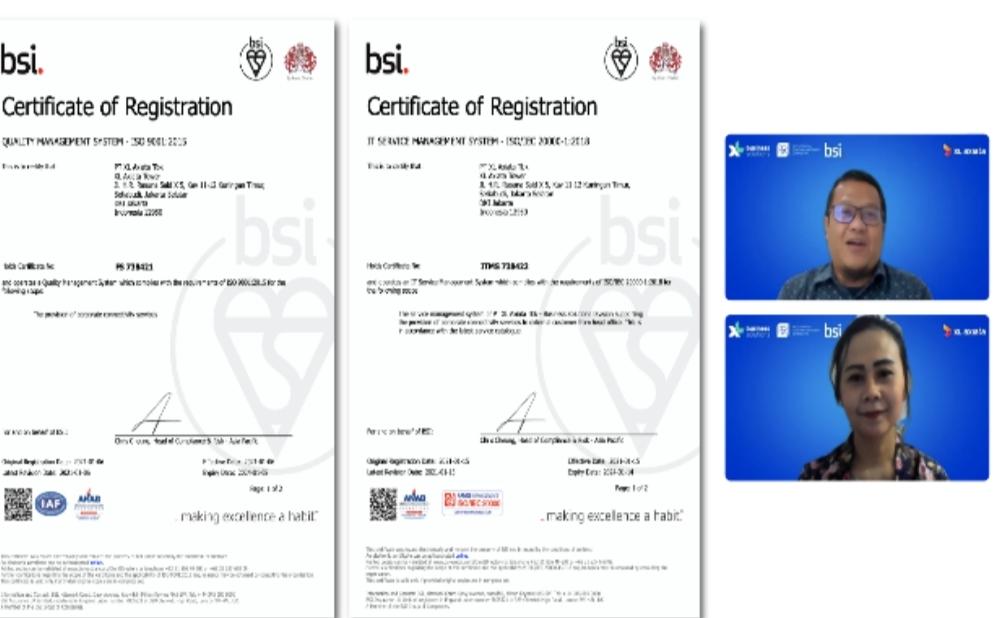 Chief Enterprise & SME Officer XL Axiata, Feby Sallyanto (atas) saat menerima sertfikat ISO 9001:2015 dan ISO/IEC 20000-1 : 2018