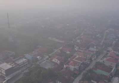 Kota Pekanabru yang diliputi kabut asap akibat kebakaran hutan dan lahan pada Kamis (1/8/2019). Foto: Antara