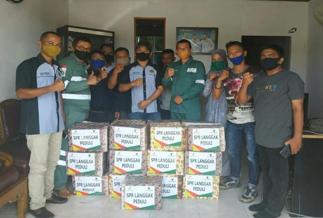 Head of Field Support RafiqAdriansyah bersama Humas PT SPR Langgak Rohul Hardi, foto bersama Ketua dan Pengurus PWI Rohul.