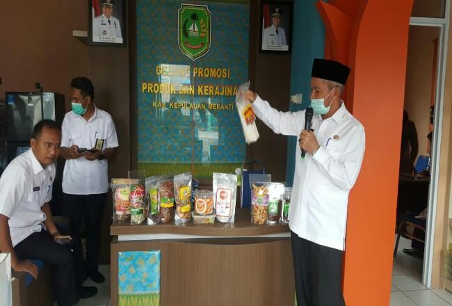 Wakil Bupati Kepulauan Meranti, Drs H Said Hasyim menyerahkan desain kemasan produk ke para pelaku UMKM di Gedung Promosi, Rabu (29/7/2020).