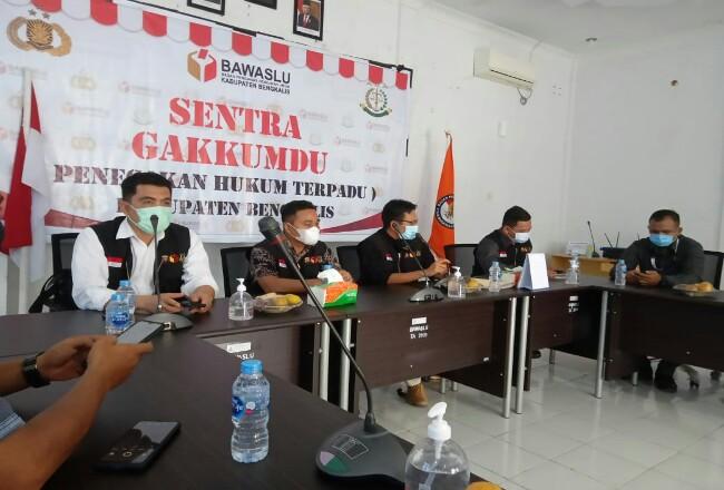 Konferensi pers di Sekretariat Bawaslu Bengkalis Jalan Antara Bengkalis, Senin (30/11/2020).