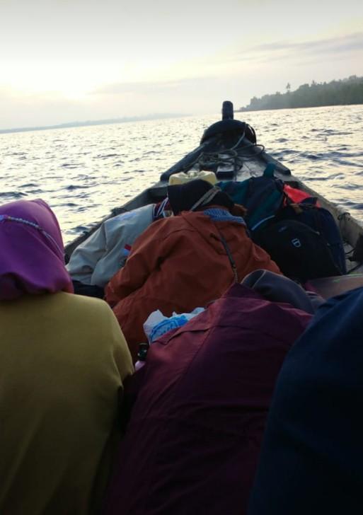 Tampak pemudik menggunakan jasa penyeberangan kapal pompong menuju Selatpanjang