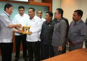 """<div style=""""text-align: justify;""""><font size=""""1"""">Deputi Direktur PT RAPP, Rudy Tianda (kiri) memberikan plakat kepada Ketua DPRD Siak, Indra Gunawan (kanan) dalam Kunjungan DPRD Siak ke PT RAPP.</font></div>"""