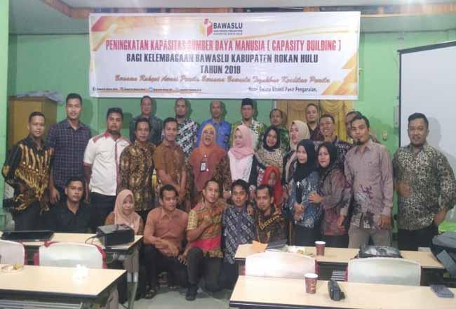 Pimpinan dan staf Bawaslu Rohul foto bersama di acara pembukaaan Peningkatan Kapasitas SDM di Hotel Gelora Bhakti Pasir Pangaraian.