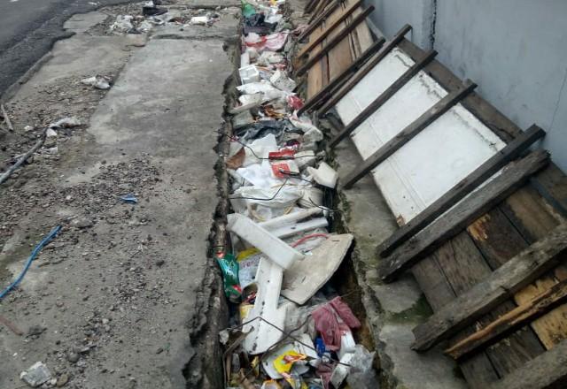 Tumpukan sampah di Muara Fajar.