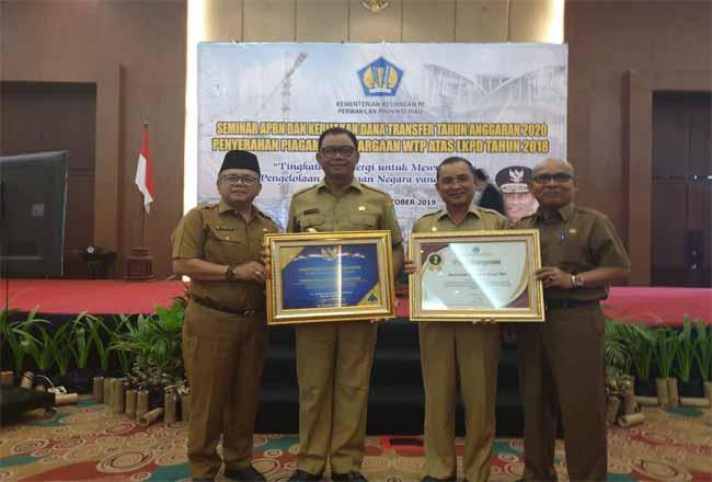 Buapti Rohil Suyatno menerima penghargaan WTP atas LKPD tahun 2018.
