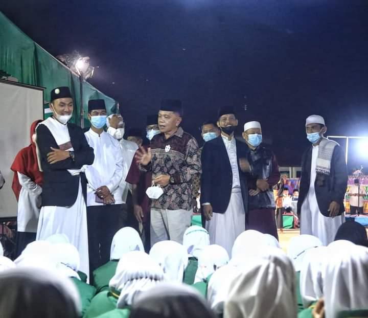 Wakil Bupati Kepulauan Meranti H Asmar saat didampingi pimpinan dan pengasuh pondok pesantren Darul Fikri Meranti menghadiri Milad ke-2