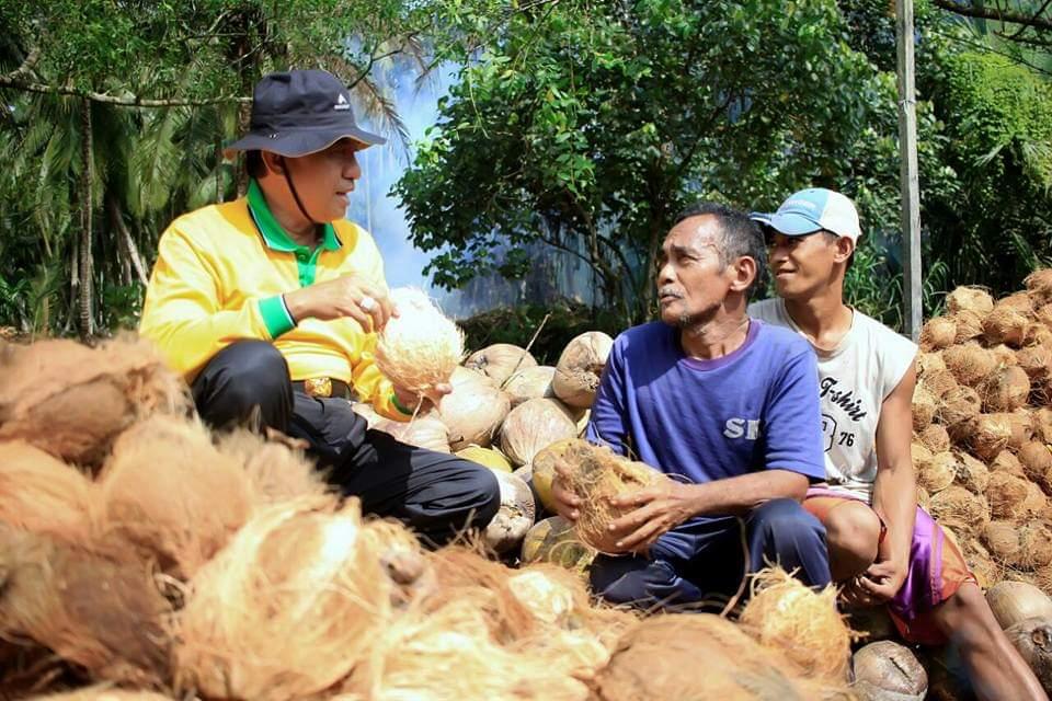 Bupati Wardan bersama para petani kelapa.