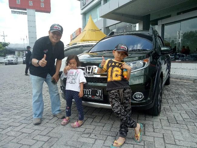Suhairi bersama keluarga di depan Honda BR-V