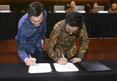 Chief Enterprise & SME XL Axiata, Kirill Mankovski ( kiri ) bersama dengan Direktur Utama PT Sierad Produce Tbk, Tommy Wattimena ( kanan ) menandatangani kerjasama strategis antara XL Axiata dengan Sierad untuk menerapkan solusi FlexIoT untuk Digitalisasi Peternakan Ayam di Jakarta, Kamis (9/5).