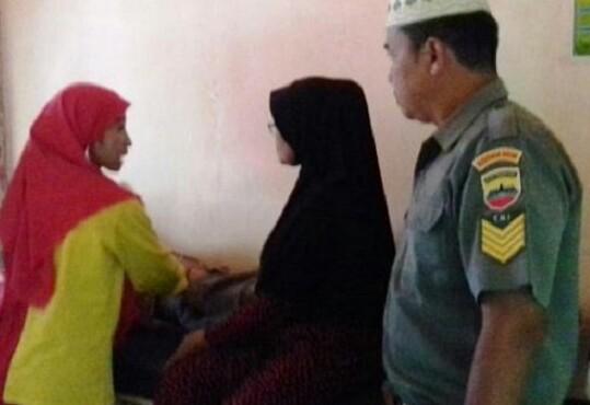 Petugas kesehatan memeriksa salah satu korban diduga mengalami keracunan makanan. Foto: Antara