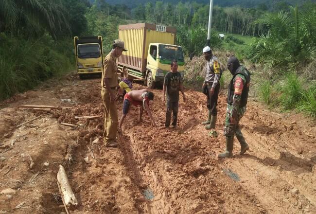 Beginilah kondisi jalan lintas Provinsi Riau Rokan- Banjar Datar dan Banjar Datar- Batas Sumatera Barat, ada 15 titik kerusakan cukup parah.