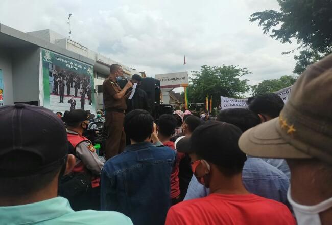 Muspidauan menemui massa dan mengatakan kasus dugaan korupsi Bansos Siak telah ditingkatkan ke tahap penyidikan.