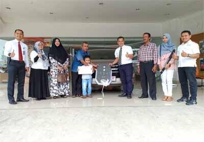 Penyerahan hadiah program THR berupa Kijang Innova kepada konsumen beruntung di Pekanbaru. Penyerahan langsung oleh Kepala Cabang Agung Toyota Harapan Raya, Ade Andrie, Senin (15/7/2019).
