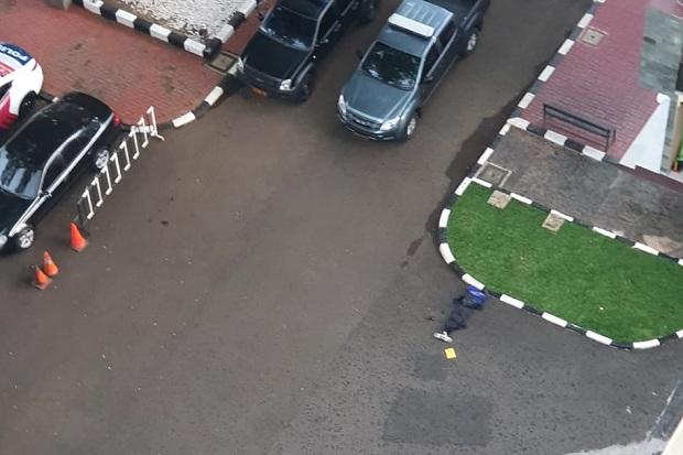 Jenazah perempuan terduga teroris penyerang Mabes Polri terkapar ditembak polisi.
