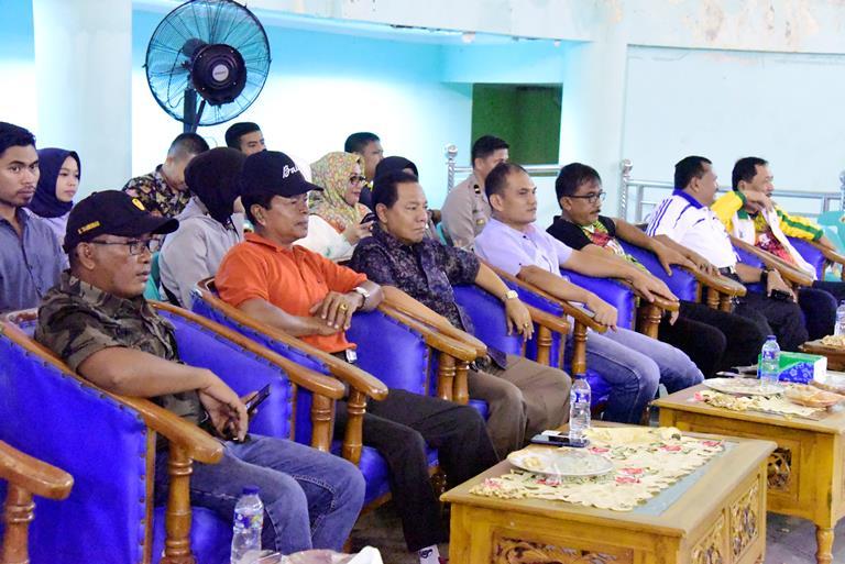 Tampak hadir Bupati Bengkalis diwakili Staf Ahli Bupati Haholongan menyaksikan Laga Final Kejuaraan Daerah Senior Bola Volly Antar Kabupaten Kota se-Provinsi Riau, di GOR Perkasa Alam Sport Hall Bengkalis.