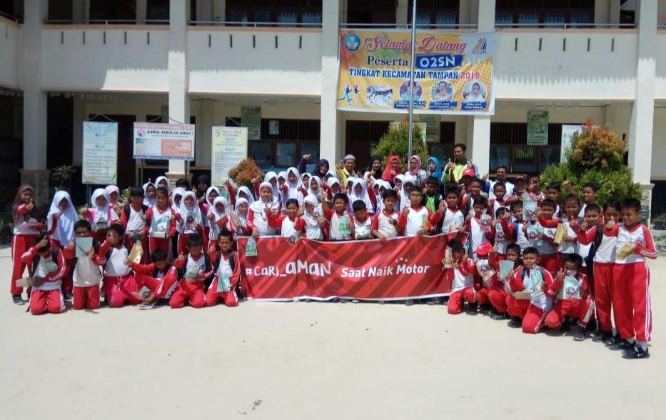 Murid dan guru SD Negeri 194 Pekanbaru foto bersama usai menerima penyampaian materi keselamatan berkendara dari tim safety riding PT CDN Riau, Sabtu (13/4).