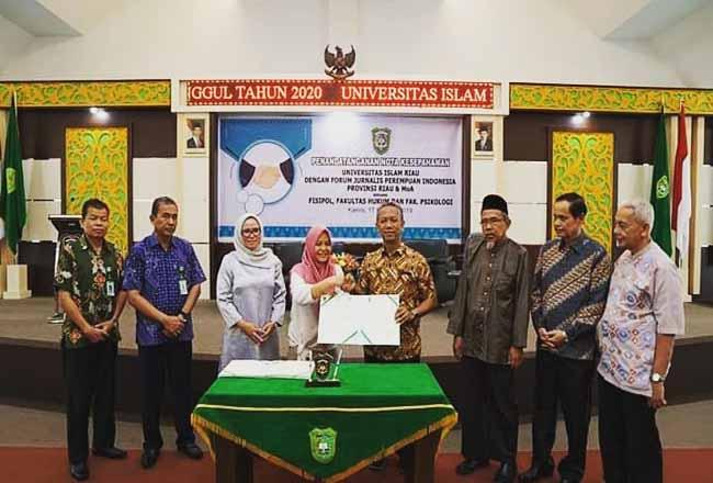 Foto bersama usai penandatanganan MoU dan MoA antara FJPI Riau dan UIR.