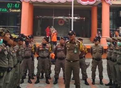 Personel Satpol PP Riau diberi pengarahan.