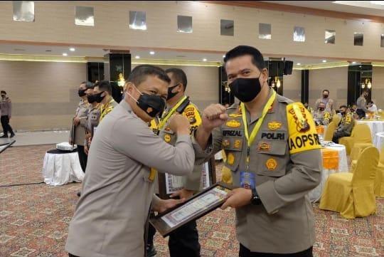 Kapolres Inhu terima penghargaan dari Kapolda Riau.