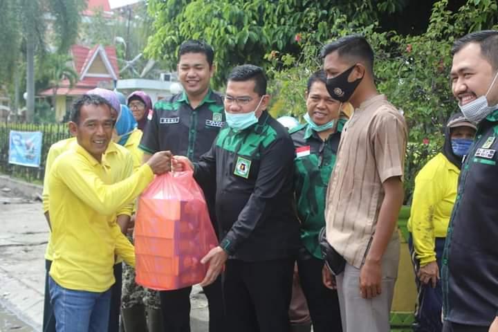 GPK Riau bagikan nasi kotak kepada warga kurang mampu.