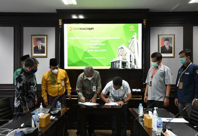 Penandatanganan kerjasama Bank Riau Kepri dengan PT Pos Indonesia.