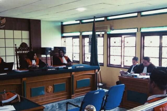 Lima terdakwa narkoba 37 kilogram sabu-sabu menyampaikan pledoi di Pengadilan Negeri Bengkalis, Riau, Jumat (23/8). Foto: Antara