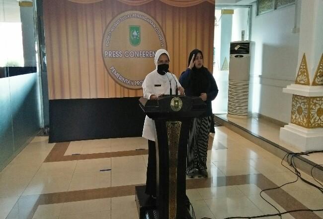 Kadiskes Riau Mimi Yuliani Nazir saat konferensi pers.