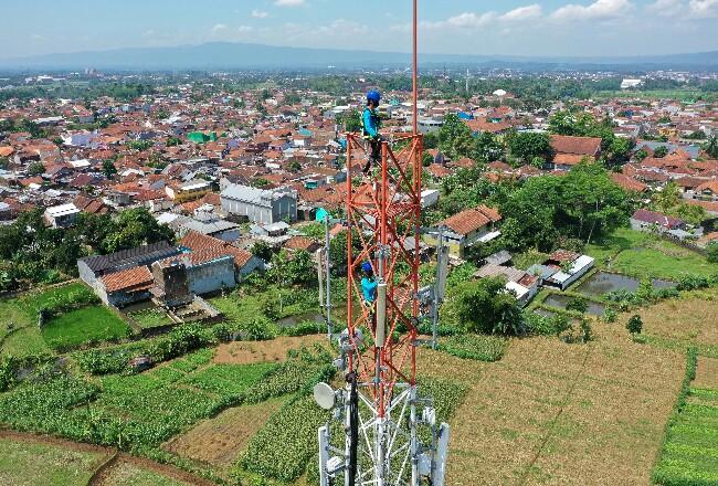 Para teknisi sedang melakukan pemeliharaan salah satu perangkat Base Transceiver Station (BTS) milik XL Axiata yang berlokasi di Kecamatan Purwokerto Utara, Kabupaten Banyumas, Jawa Tengah.