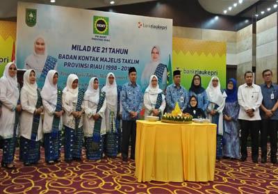 Gubri hadiri acara ulang tahun yang ke-21 BKMT Riau.