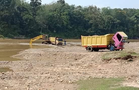 Satu unit alat berat ekscavator diduga tengah melakukan aktivitas galian C secara ilegal di Sungai Kuantan di Desa Tanjung Kecamatan Hulu Kuantan.