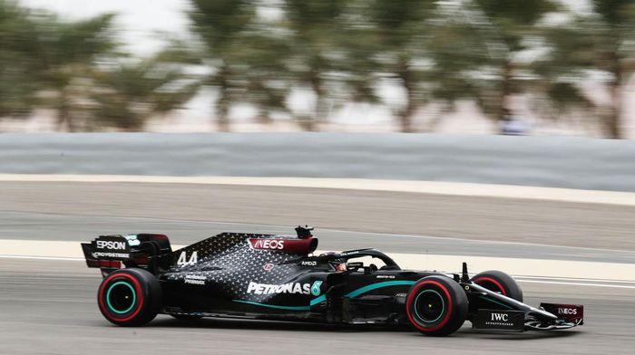 Hamilton menjadi yang tercepat di kualifikasi GP Bahrain. Foto: Getty Images/Pool