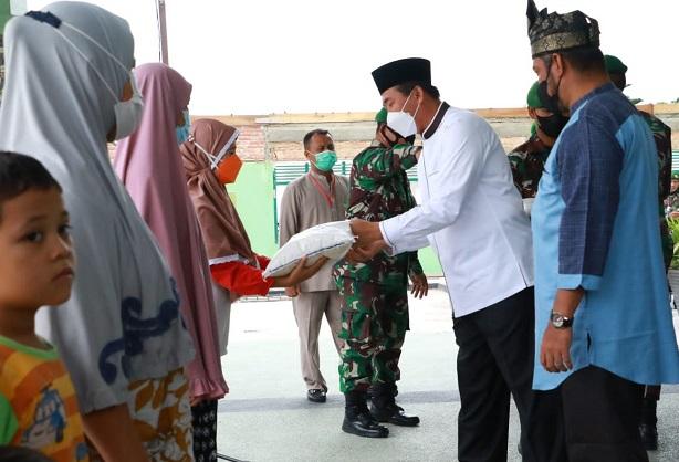 Walikota Pekanbaru, H Firdaus, menyalurkan secara simbolis bantuan beras bagi warga kurang mampu di Kota Pekanbaru, Jumat (20/8/2021)