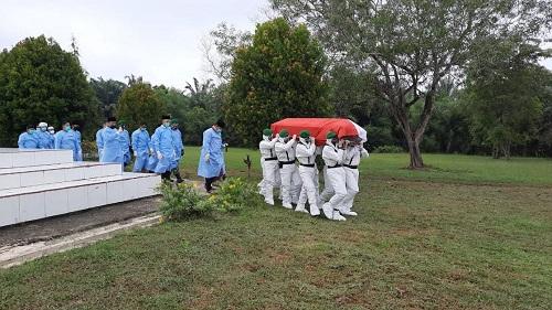 Prosesi pemakaman jenazah Wakil Walikota Dumai Amris di Taman Makam Pahlawan (TMP) Damai Sentosa Jalan Soekarno-Hatta, Dumai.