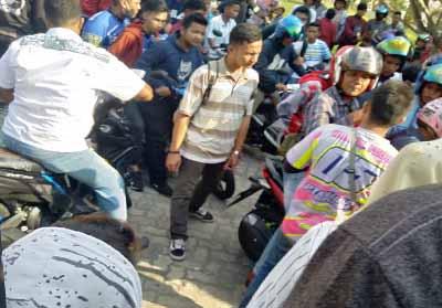 Penonton membubarkan diri paska polisi hentikan balap motor Porkot Pekanbaru.
