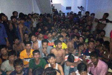 Ratusan warga Bangladesh yang diamankan pihak Imigrasi. Foto : Kompas