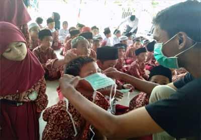 Pemberian dan pemasangan masker kepada murid SDIT Tembilahan.