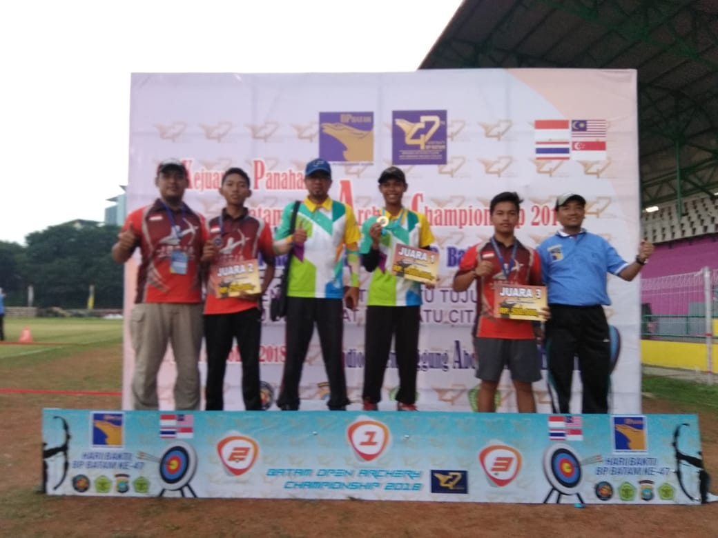 Penyerahan medali Kejuaraan Panahan Batam Open Archery Championship 2018.