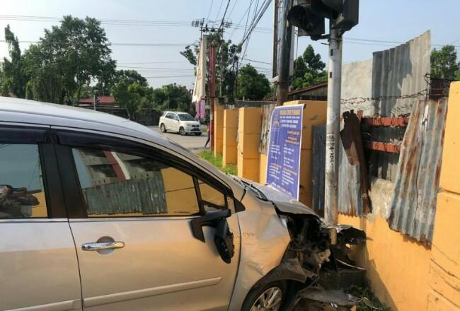 Mobil yang menabarak tiang lampu lalu lintas. Foto: Antara