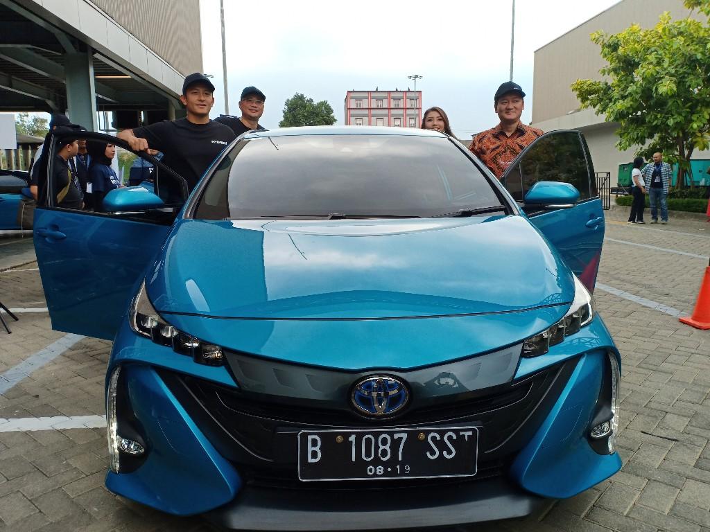 Rio Haryanto saat mencoba Toyota Prius Hybrid