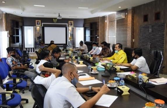 Komisi I Dewan Perwakilan Rakyat Daerah (DPRD) Kepulauan Meranti menggelar Rapat Dengar Pendapat (RDP) Umum Komisi I DPRD Kabupaten Kepulauan Meranti dengan Kepala Desa dan Tokoh Masyarakat Desa Selat Akar Terkait Penyelesaian Lahan Masyarakat Yang Masuk dalam Lahan Konsesi PT GCN Selatpanjang (1/7/2020).