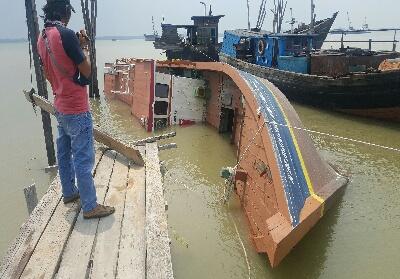 Kapal yang ditelantarkan Pemkab Meranti terbalikl
