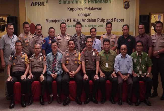 Foto bersama silahturahmi antara Polres Pelalawan dan Manajemen PT RAPP.