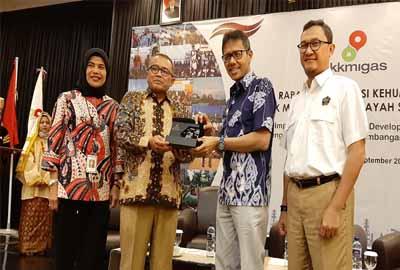 Kepala SKK Migas Sumbagut, Avicenia Darwis memberikan cinderamata kepada Gubernur Sumbar.