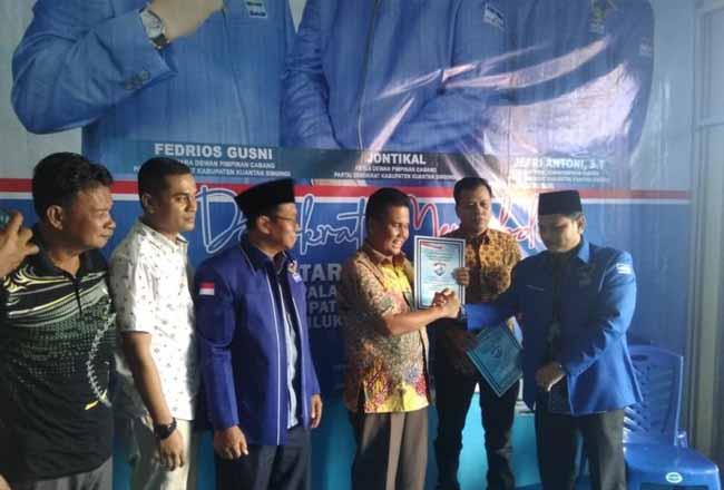 Suhardiman Amby dan Indra Putra ambil formulir di Partai Demokrat Kuansing. Foto: Antara