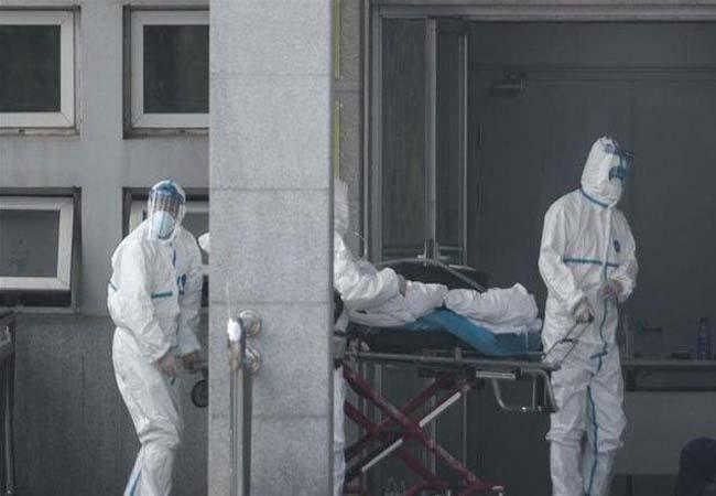 Petugas medis di China tangani pasien Corona yang jumlahnya terus bertambah.