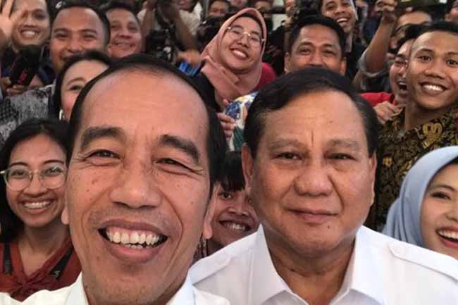 Jokowi dan Prabowo selfie bareng. FOTO: Merdekacom.