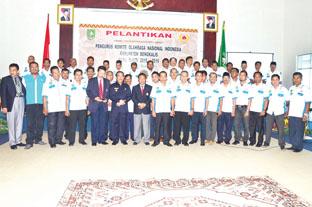 Bupati Bengkalis, Herliyan Saleh foto bersama pengurus KONI Provinsi Riau dan KONI Kabupaten Bengkalis.