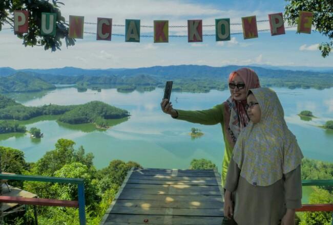 Destinasi wisata alam Puncak Kompe, Kabupaten Kampar, Riau.