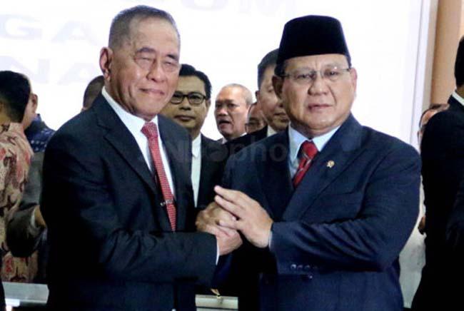 Menteri Pertahanan (Menhan) Prabowo Subianto berjabat tangan dengan Ryamizard Ryacudu saat serah terima jabatan (Sertijab) di Kemhan, Jakarta Pusat. FOTO: SINDOnews